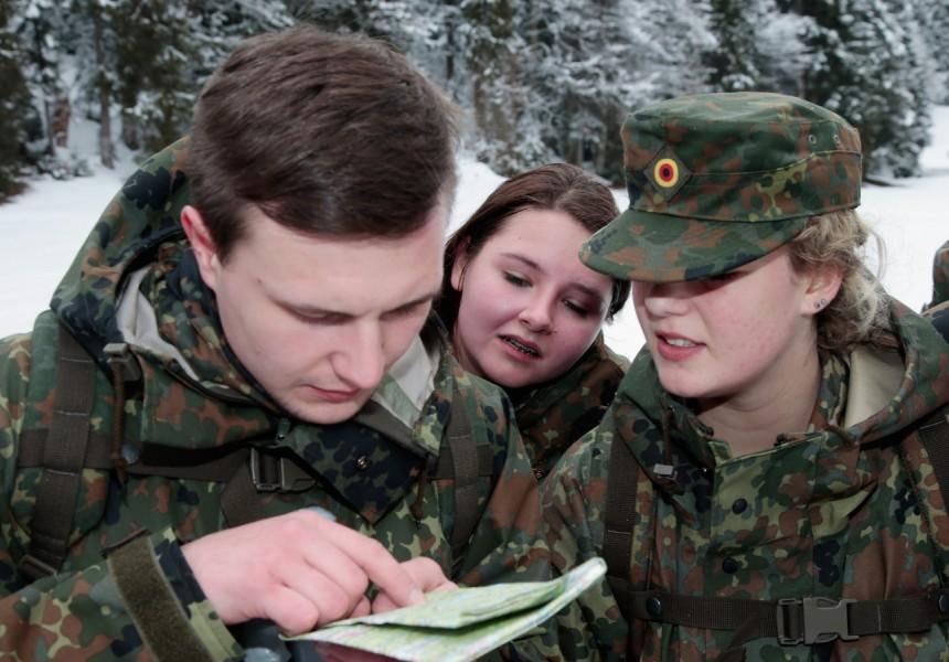"""Jugendliche nehmen an einem """"Abenteuer-Camp"""" der Bundeswehr teil. Eine kontroverse Rekrutierungsmethode."""