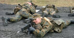 Die Soldatin ist 17 Jahre Alt - Minderjährige werden häufig das Ziel von sexuellem Missbrauch in den Streitkräften.