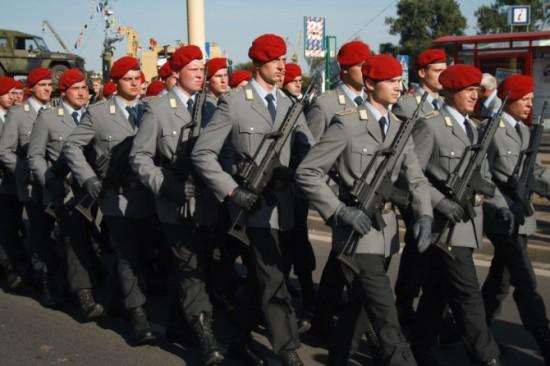 Gezielt wirbt die Bundeswehr auch Jugendliche an - der Jugendarbeitsschutz gilt für minderjährige Rekruten nicht.