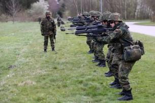 Ausbildung an der Waffe - ein Siebzehnjähriger Zivilist darf kein Spiel ab 18 kaufen, minderjährige Soldaten lernen das Töten unter Realbedingungen.