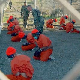 Ankunft der ersten illegalen Gefangenen 2002 in Guantanamo