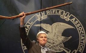 Filmstar Charlton Heston auf Propagandatour - Die N.R.A hat ein jährliches Budget von 250 Millionen Dollar.
