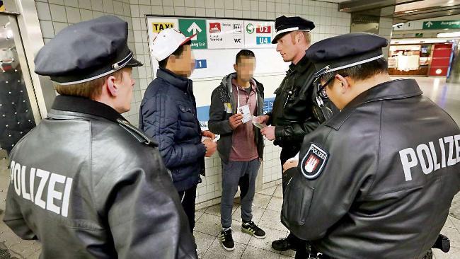 Polizisten mit Migrantenkindern BILD