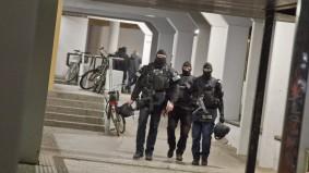 Die Polizei stürmt am frühen Morgen des 04.02.2016 die Wohnung eines Verdächtigen in Berlin-Kreuzberg.