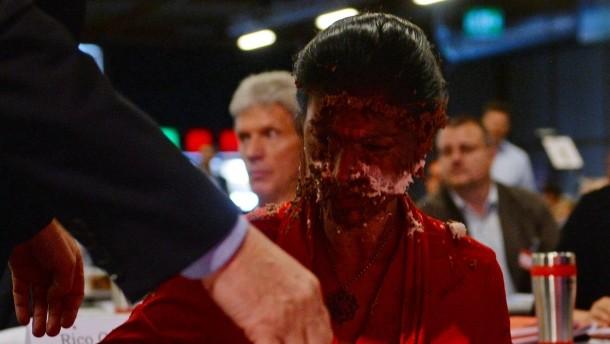 """Tortenanschlag überschattet Parteitag, """"Opfer"""" Sahra Wagenknecht geht gestärkt daraus hervor."""