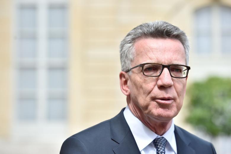"""Innenminister De Maizière: """"Erfahrungswerte"""" können dem sozialen Frieden schaden und stärken Rechtsextreme."""