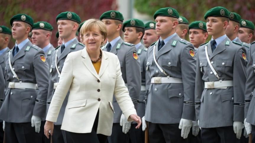 Merkel spricht sich für deutsche Aufrüstungaus