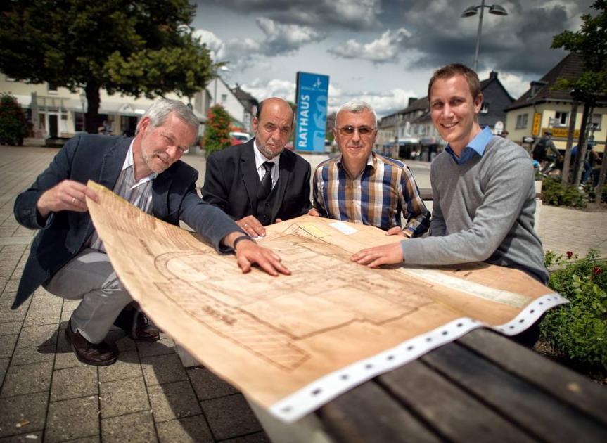 Bürgermeister Daniel Zimmermann (PETO, rechts) und Planer Thomas Waters (links) stellen den Gemeindevorständen ihren Plan vor.