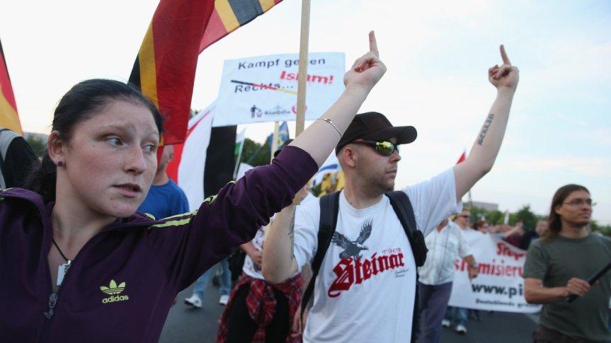 PEGIDA-Kundgebung: Rechtsradikalen Einstellungen folgen vermehrt auch Taten.