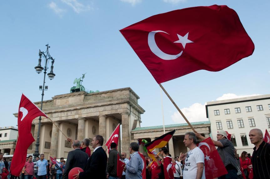 Im Vorfeld des Bundestagsbeschlusses gab es heftige Kritik von Deutsch-Türkischen Verbänden aber auch von der türkischen Regierung.