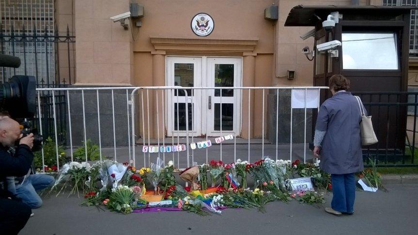 US-Amerikanische Botschaft in Moskau - auch in Russland herrscht große Solidarität mit den Opfern von Orlando.