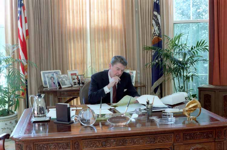 Reagan_working_on_the_State_of_the_Union_Address_1982
