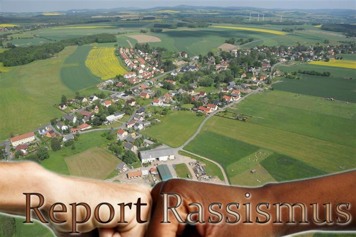 Im Hintergrund die Gemeinde Arnsdorf - sächsisches Dorfidyll.