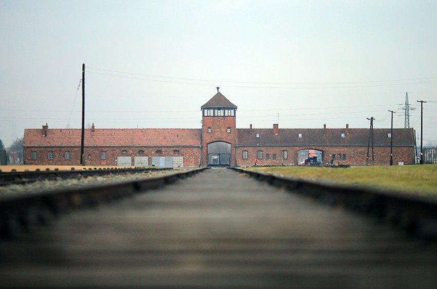 """Torhaus des früheren Vernichtungslagers """"Auschwitz-Birkenau"""" - Zigtausende Nazi-Verbrecher kamen ungeschoren davon."""