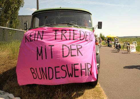 """""""Dutzende"""" demonstrieren gegen Bundeswehreinsätze imInnern."""
