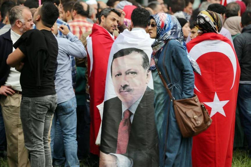 Zwei rechte Demonstrationen in Köln – Eine Pro-Erdogan, eineContra-Erdogan.
