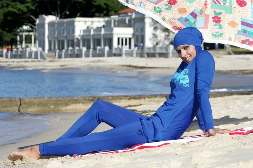 Die Welt ist gerettet: Burkiniverbot am Strand vonCannes.