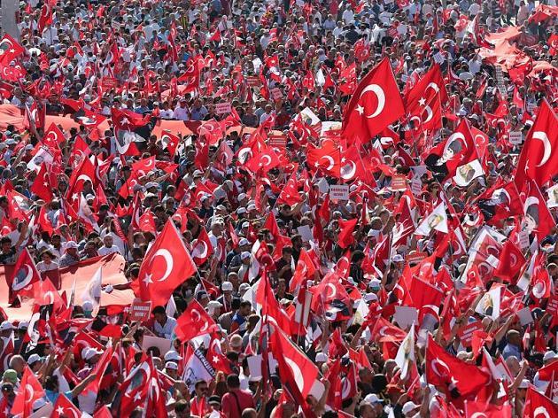 Demo in Istanbul: Antisäkulare Türken gelobenKadavergehorsam