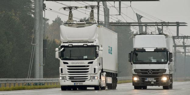 Umweltministerium testet Oberleitungen für LKW überAutobahnen.